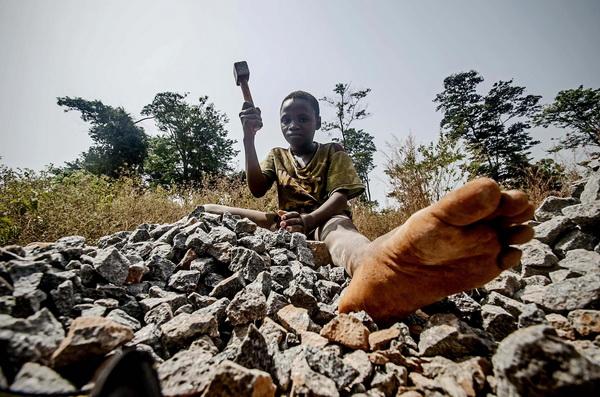 A boy breaks rocks near John Obey quarry in Freetown, Sierra Leone (Feb 2013) © Tommy Trenchard/IRIN